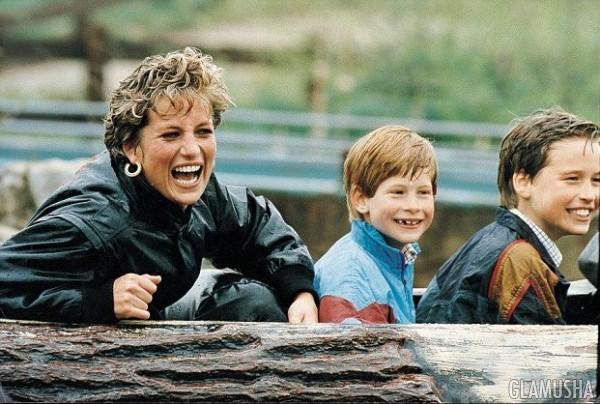 Диана с детьми в парке аттракционов после официального развода с принцем Уэльским