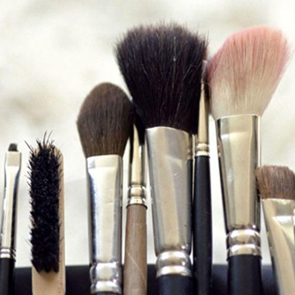 Вот почему так важно чистить кисти для макияжа