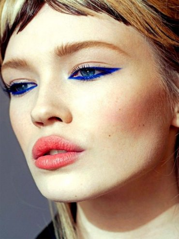 Сине-голубой макияж глаз: какой косметикой пользуются звезды