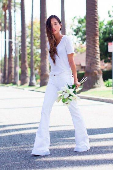 Как носить белые джинсы